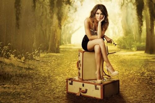 девушка сидит нога на ногу